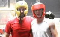 [视频]鲁尼玩拳击被一击KO致昏