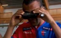 [搞笑视频]歪果仁太会玩了 戴着视角转换眼镜踢球