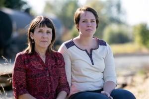 52岁的苏珊妮(左)和她22岁的女儿乔丹(右)。乔丹曾被确诊淋巴瘤,如今正在康复中。而苏珊妮始终怀疑,曾经练习过守门员的女儿是人工草坪的受害者